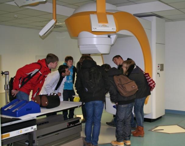 Radio Infos & Radio News @ Radio-247.de | Dr. Andreas Klatt, MVZ MediClin Bonn, mit Schülern am Novalis®