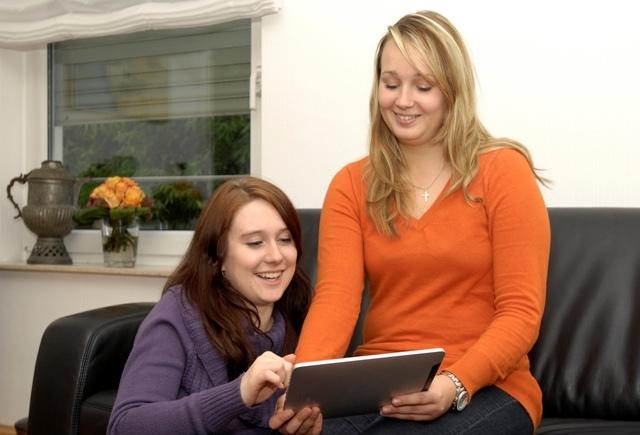 Tablet PC News, Tablet PC Infos & Tablet PC Tipps | Ein Blick genügt: Mit Tablet-PC und Smartphone lassen sich Roll-läden und Sonnenschutzprodukte im ganzen Haus bequem vom Sofa aus steuern.