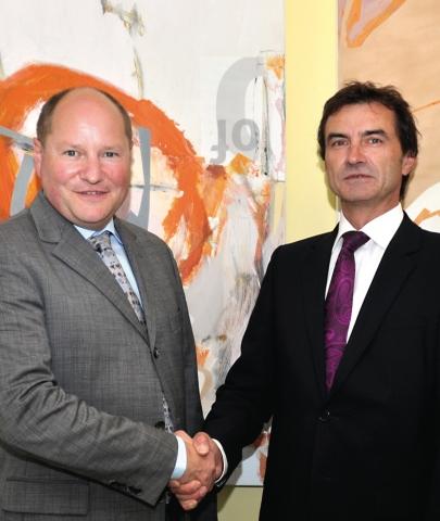 Technik-247.de - Technik Infos & Technik Tipps | Distributionsabkommen zwischen Schukat und Crydom; im Bild: Bert Schukat (links) und Martin Dreher, Crydom.