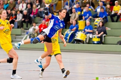 Sport-News-123.de | Linksaussen Petra Janeckova beim Torwurf