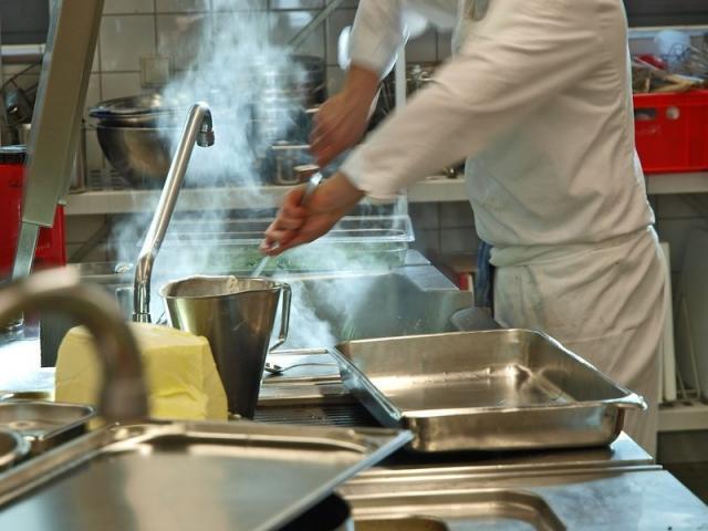 Hotel Infos & Hotel News @ Hotel-Info-24/7.de | Bei der Arbeit in der Großküche kommt es auf kurze Arbeitswege und flexible Gartechnik an (Foto: Luck Dragon/fotolia.com)