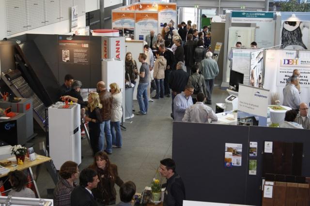 Besucher informieren auf der Baumesse in Erkelenz zu Themen rund Bauen, Wohnen, Renovieren und Energie