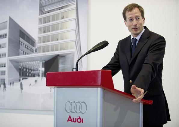 Audi Vorstand Axel Strotbek hält die Keynote auf dem automotiveDAY