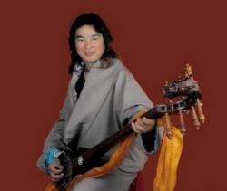 Ost Nachrichten & Osten News | Ost Nachrichten / Osten News - Foto: Der Sänger Tashi Dhondup mit seiner Dranyen.