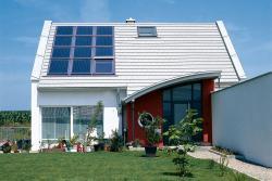 Fertighaus, Plusenergiehaus @ Hausbau-Seite.de | Solarzellen und Fenster können sich optisch ergänzen. Foto: Velux / Immowelt.de.
