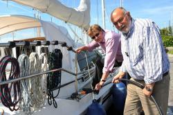 Autogas / LPG / Flüssiggas | Foto: PROGAS-Verkaufsleiter Lothar Andert (links) und Burkhard Kähler, Geschäftsführer der Werft Hooksiel, demonstrieren die Betankung eines Bootes mit dem umweltschonenden Flüssiggas. Foto: PROGAS.