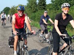 Kanada-News-247.de - USA Infos & USA Tipps | CAD Schroer Mitarbeiter fahren Fahrrad für die Flüchtlingshilfe