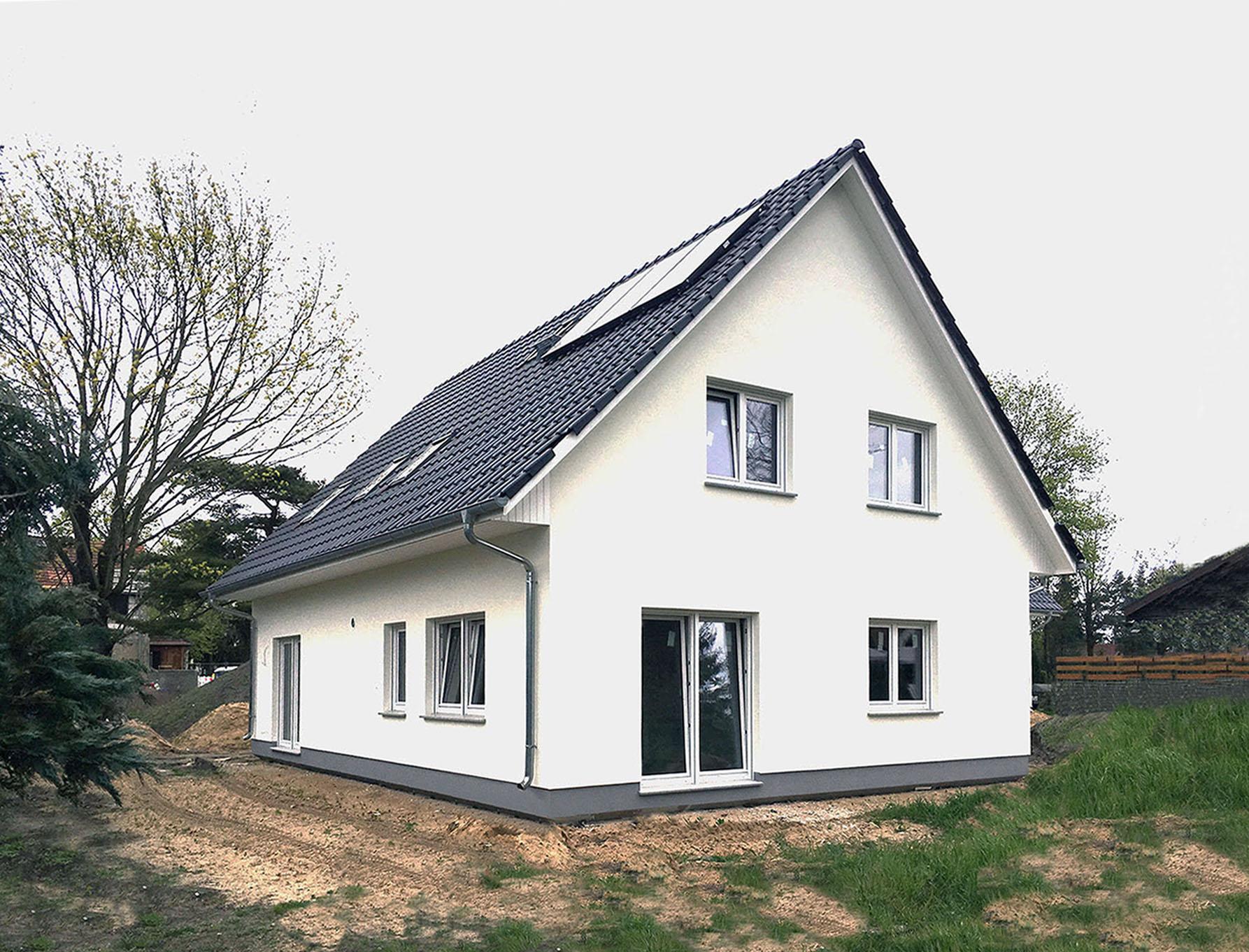 Das Einfamilienhaus mit Einliegerwohnung kann am Wochenende in 12683 Berlin besichtigt werden. Foto: Roth-Massivhaus | Freie-Pressemitteilungen.de