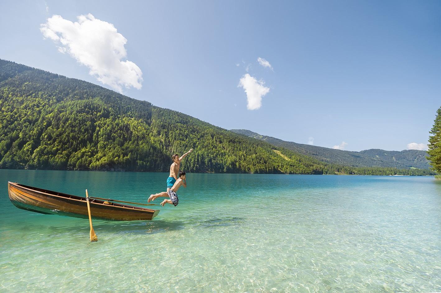 Der Weissensee spielt sämtliche Farbnuancen von Karibik –Türkis bis Tief-Blau
