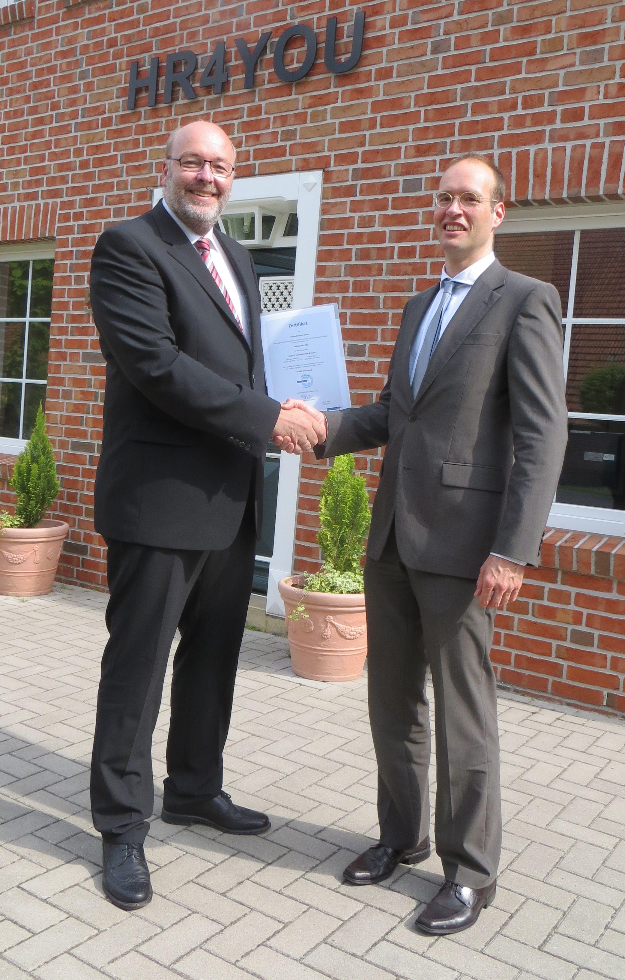 News - Central: Zertifikatsübergabe durch Dr. Sönke Maseberg (rechts) an HR4YOU-Geschäftsführer Axel Rekemeyer