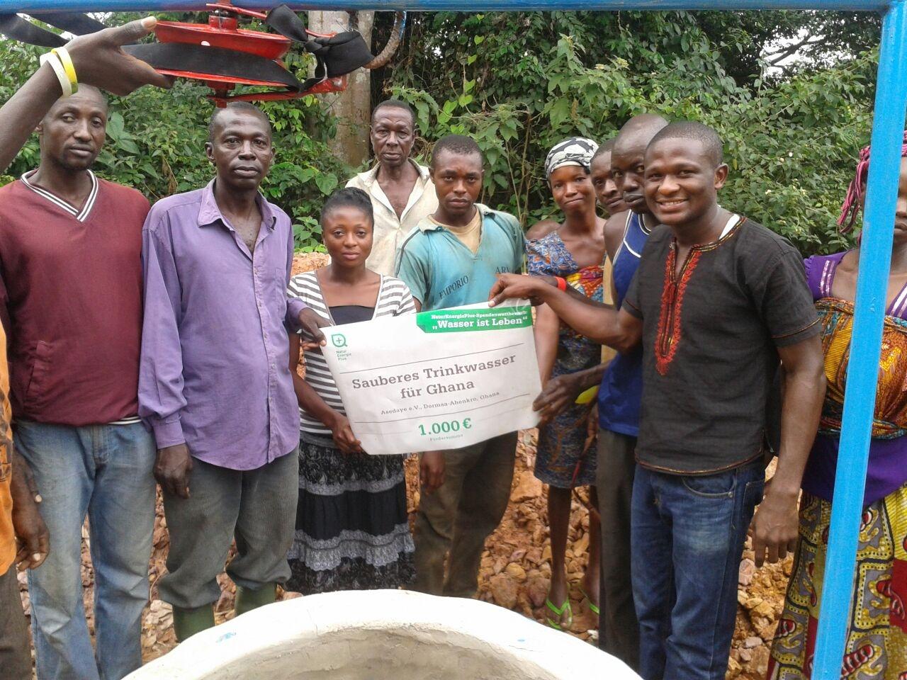 """News - Central: Die Bewohner des ghanaischen Dorfes """"Asikasu Number 2 forest"""" vor dem neuen Brunnen."""