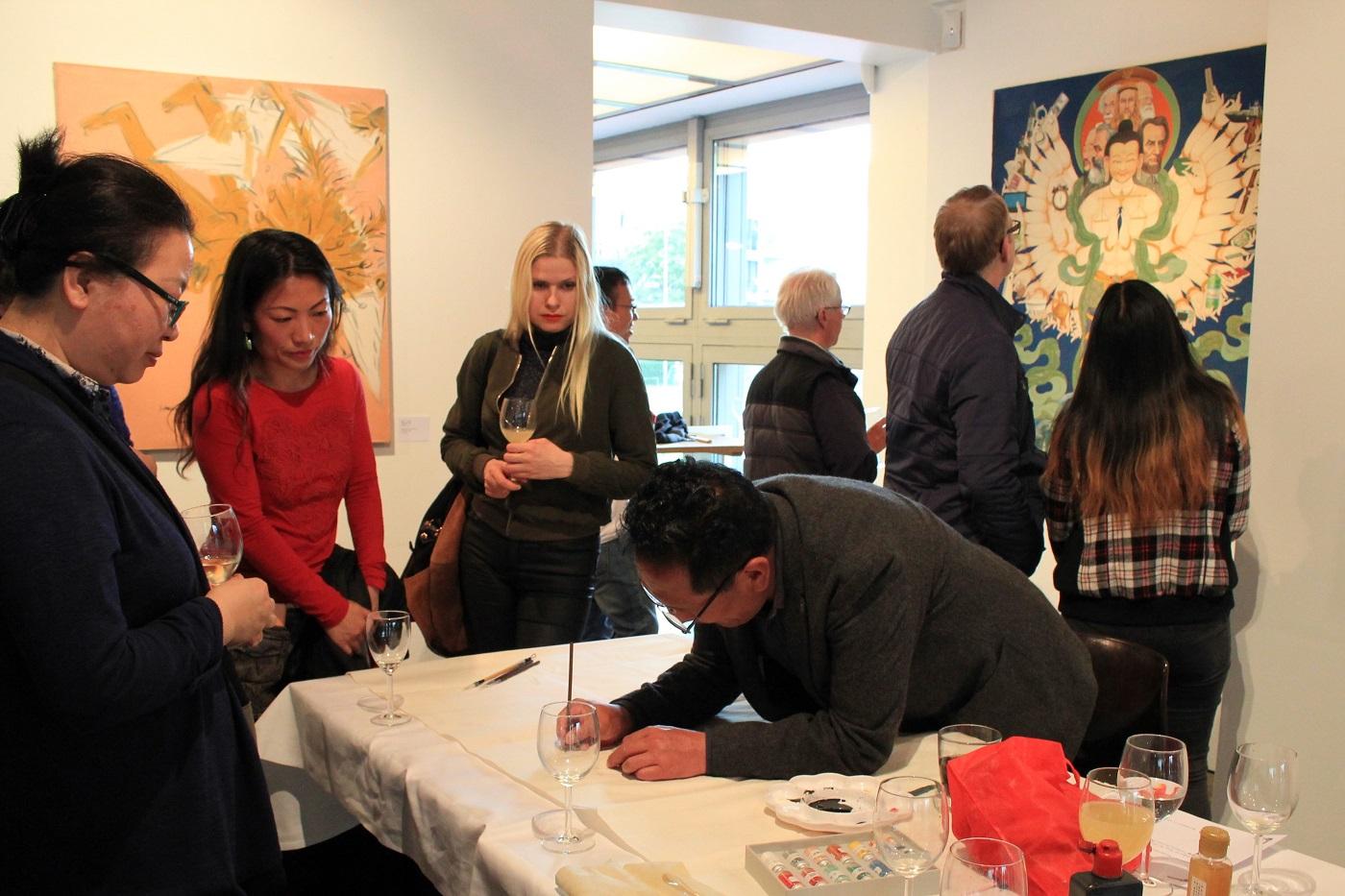 Internet Portal Center | Der Tibetische Künstler Danzeng Dajie zeigt den Besuchern die traditionelle Thangka-Malerei