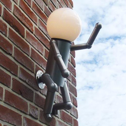 (Quelle: KentschDesign):  Die Kugelleuchte MIKE-Wall geht gern die Wände hoch und ist ein wegweisender Blickfang.