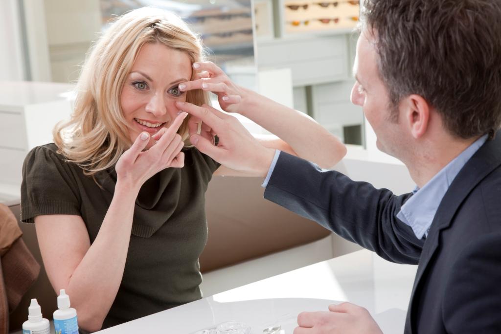 Berlin-News.NET - Berlin Infos & Berlin Tipps | Das A und O für gesundes Linsentragen ist eine professionelle Anpassung der kleinen Sehhelfer – etwa beim spezialisierten Augenoptiker. (Foto: KGS)