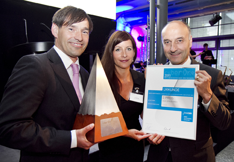 Baden-Württemberg-Infos.de - Baden-Württemberg Infos & Baden-Württemberg Tipps | Armin Leonhardt, Doris Leonhardt und Christian Roth (von links) von MSR-Office nehmen die Auszeichnung beim CyberOne Award der bwcon entgegen.