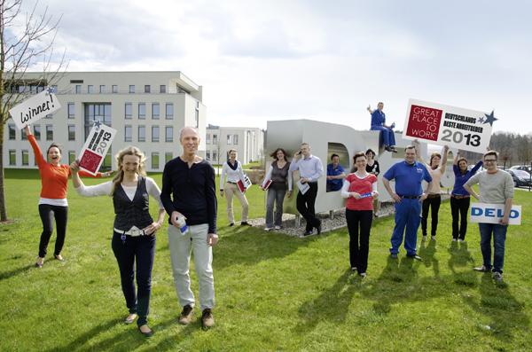 News - Central: FOTO: DELO-Team vor dem Unternehmensgebäude in Windach