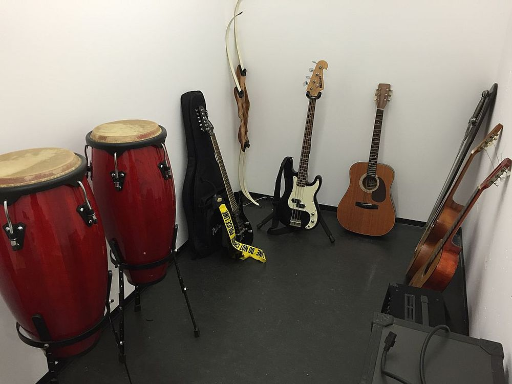 Diverse Musikinstrumente und Audio-Technik