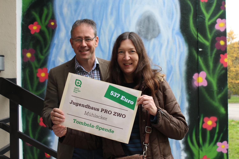 Pflanzen Tipps & Pflanzen Infos @ Pflanzen-Info-Portal.de | Gudrun Sauter (rechts) vom Jugendhaus Pro Zwo freut sich über die Spende von Gunter Jenne (links)