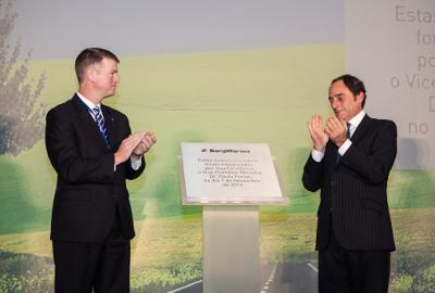 Die Eröffnungsfeier von BorgWarners neuer Produktionsstätte in Lanheses, Viano do Castelo, Portugal, wurde von Brady Ericson, President und General Manager von BorgWarner Emissions Systems (links) und Paulo Portas, Vize Premierminister von Portugal (rechts), besucht.