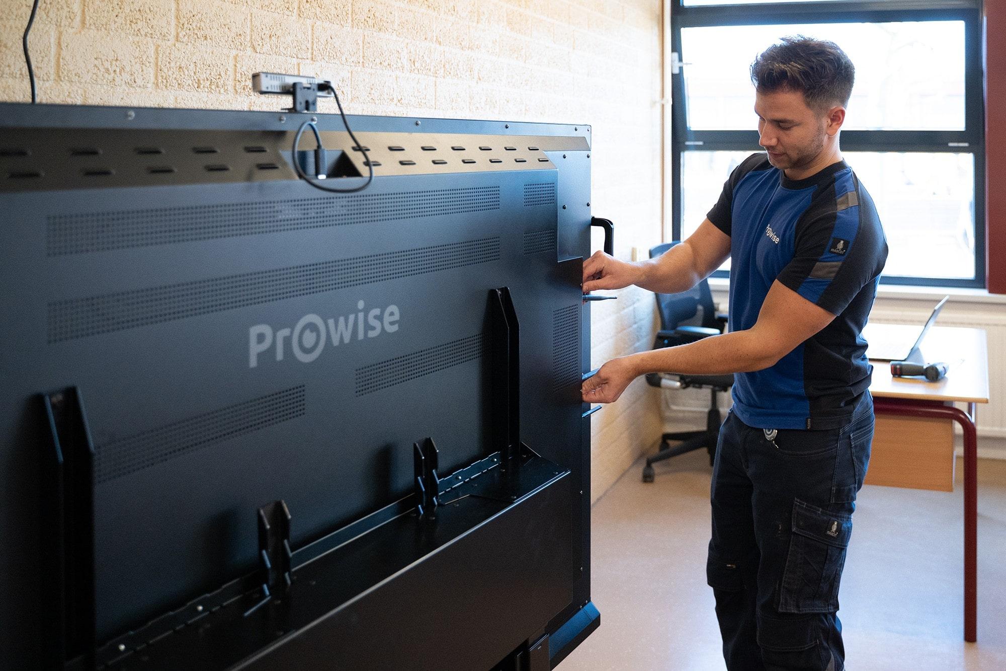 Deutsche-Politik-News.de | Prowise-Techniker installiert interaktive Tafel in einem Klassenraum