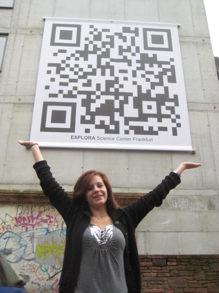 TV Infos & TV News @ TV-Info-247.de | Clara vor Europas grösstem QRcode 5x5 m