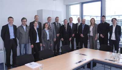 "App News @ App-News.Info | Mitwirkende an dem Projekt ""Realtime Process Network"" (v.l.n.r.): Roland Fischer (Fraunhofer IIS, Arbeitsgruppe SCS), Rüdiger Lode (Spedition Lode), Sabine Ellerhold (EURO-LOG), Heinz Wolf jun. (Wolf Spedition), Iryna Tsvihun (Fraunhofer AISEC), Horst Neumann (EURO-LOG), Raimund Juriga (Logwin Solutions), Werner Schelter (Logwin Solutions), Jörg Fürbacher (EURO-LOG), Dr. Jürgen Becher (EURO-LOG), Reiner Joseph (24plus Systemverkehre), Angelika Schneider (Fraunhofer AISEC), Matthias Aumüller (Fraunhofer AISEC), Katrin Greiser (EURO-LOG)"