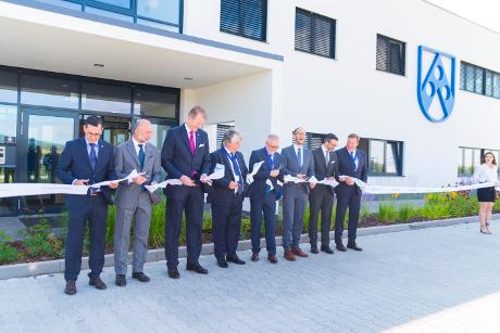 Freie Pressemitteilungen | An der Eröffnungsfeier nahm neben der Geschäftsführung von Röchling Automotive auch der Vizepräsident des slowakischen Verbandes der Automobilindustrie teil.