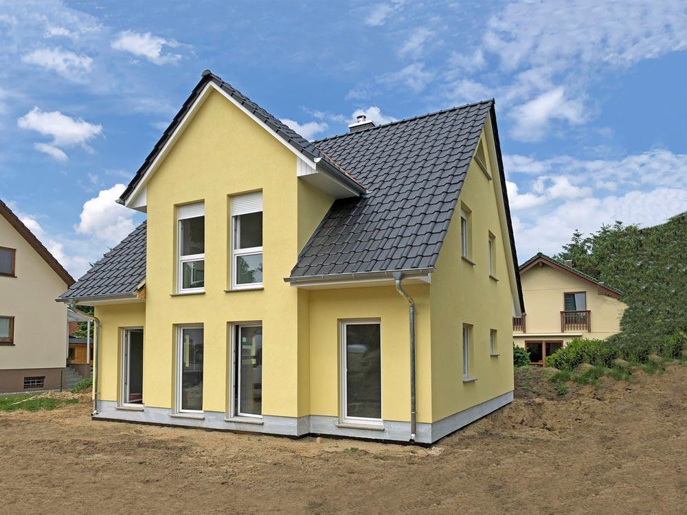 Deutsche-Politik-News.de | Ein Landhaus (Abb. ähnlich) kann am Wochenende in Biesdorf besichtigt werden.  Foto: Roth-Massivhaus