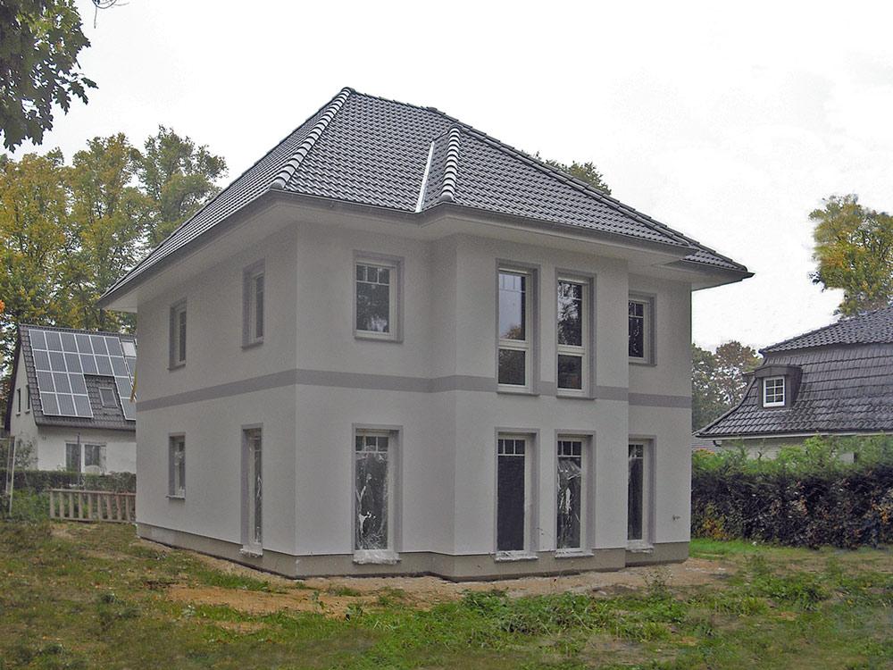Deutsche-Politik-News.de | Komfortabel wohnen können gleich drei Parteien in dieser Stadtvilla Lugana, die am Wochenende in 12347 Berlin zur Besichtigung ihre Türen öffnet (Abb. ähnlich). Foto: Roth-Massivhaus