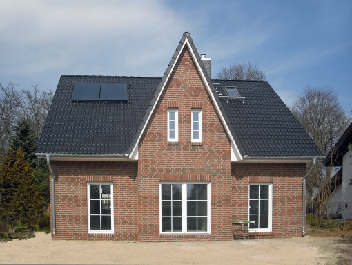 Fertighaus, Plusenergiehaus @ Hausbau-Seite.de | Dieses Friesenhaus (hier die Gartenansicht) kann am 28./29. März in Potsdam-Eiche besichtigt werden. Foto: Roth-Massivhaus
