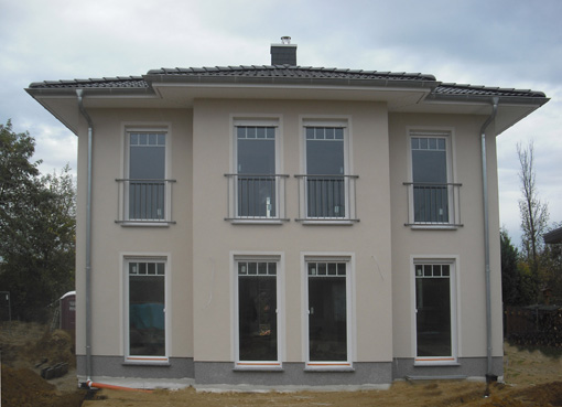 Fertighaus, Plusenergiehaus @ Hausbau-Seite.de | Eine ähnliche Villa Lugana, kann am 28. Februar und 1. März in 14624 Dallgow-Döberitz besichtigt werden. Foto: Roth-Massivhaus