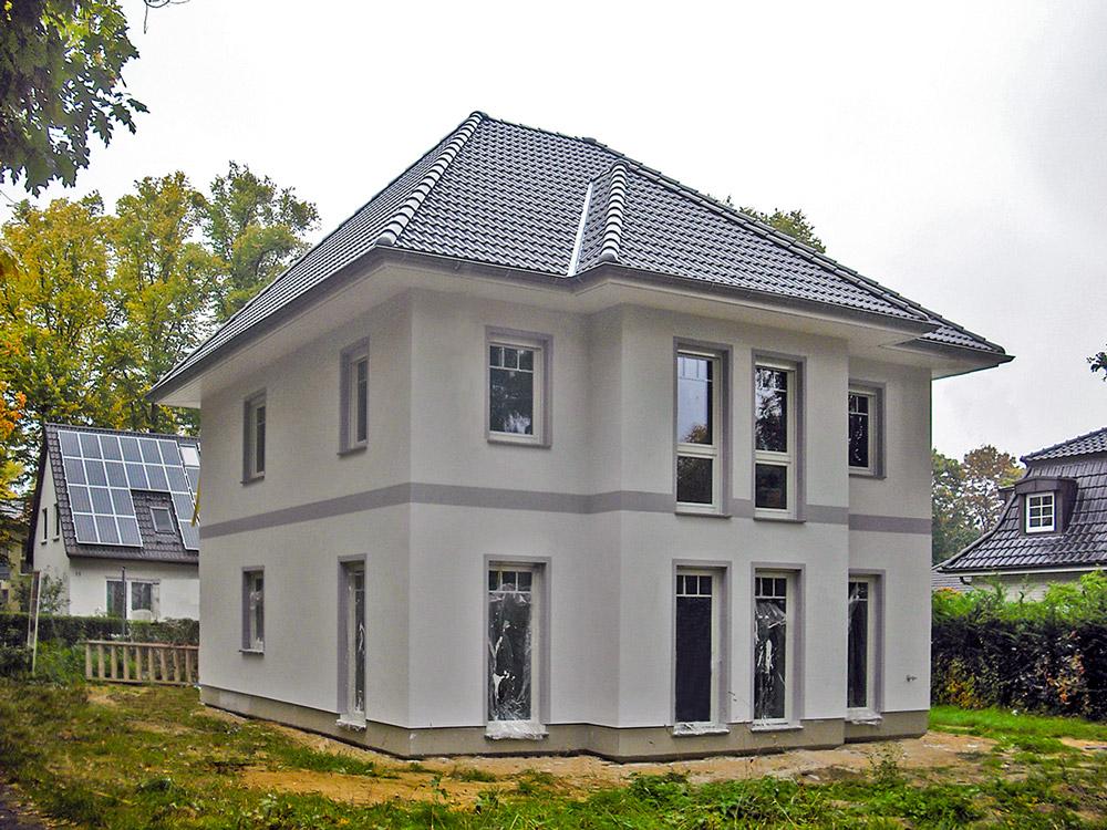 News - Central: Kurz vor der Fertigstellung: Die Villa Lugana in Dallgow-Döberitz wird auf einem kleinen Grundstück realisiert und bietet dennoch 150 Quadratmeter individuellen Wohnraum. Am 28. und 29. November wird sie für Hausbauinteressierte geöffnet. Foto: Roth-Massivhaus