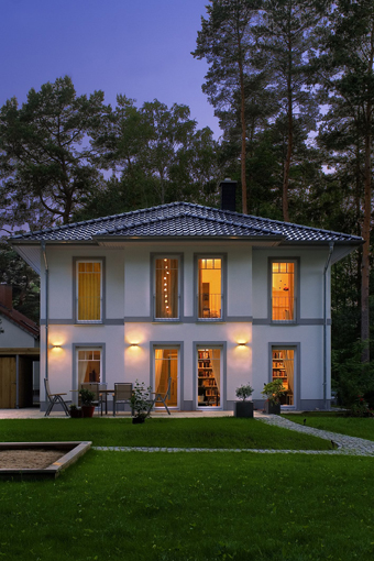 Eine Villa Lugana (Abb. ähnlich) kann am 1./2. März in Berlin-Heiligensee besichtigt werden. Foto: Roth-Massivhaus