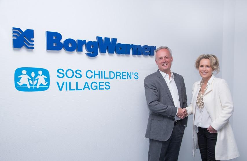 Tickets / Konzertkarten / Eintrittskarten | Frédéric Lissalde, President und General Manager, BorgWarner Turbo Systems, freut sich gemeinsam mit Mitarbeitern des weltweit tätigen Unternehmens auf eine gute und lang anhaltende Partnerschaft mit SOS-Kinderdorf, vertreten durch Sabine Fuchs, Geschäftsführerin der SOS-Kinderdörfer Global Partner GmbH.