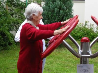 Technik-247.de - Technik Infos & Technik Tipps | Seniorin an einem outdoor-fitness Gerät