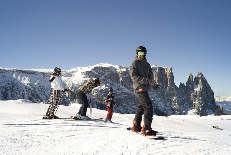 Skifahren auf der Seiser Alm mit Aussicht auf den schneebedeckten Schlern – Clemens Zahn – SMG