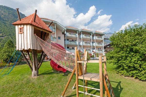 Tier Infos & Tier News @ Tier-News-247.de | Der großzügige Kinderspielplatz des Hotels – Familienhotel Heidi
