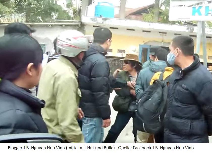 Asien News & Asien Infos & Asien Tipps @ Asien-123.de | Blogger J.B. Nguyen Huu Vinh (mitte, mit Hut und Brille), umgeben von Schlägern