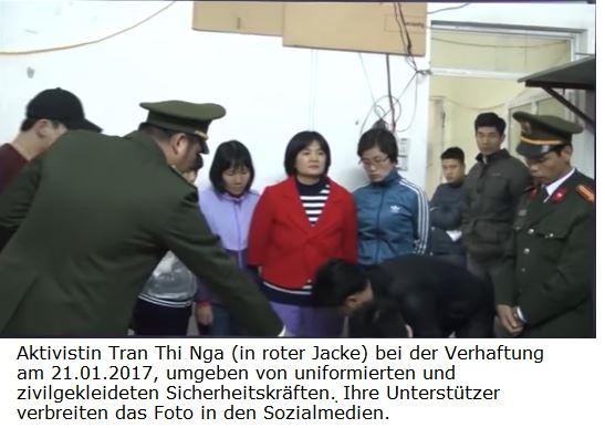 Medien-News.Net - Infos & Tipps rund um Medien | Aktivistin Tran Thi Nga (in roter Jacke) bei der Verhaftung am 21.01.2017, umgeben von uniformierten und zivilgekleideten Sicherheitskräften. Ihre Unterstützer verbreiten das Foto in den Sozialmedien.