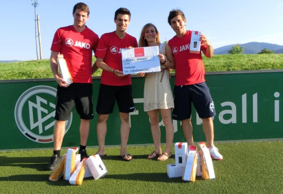 Sport-News-123.de | Übergabe des Sponsoren-Pakets an Vertreter der Uni-Mannschaft
