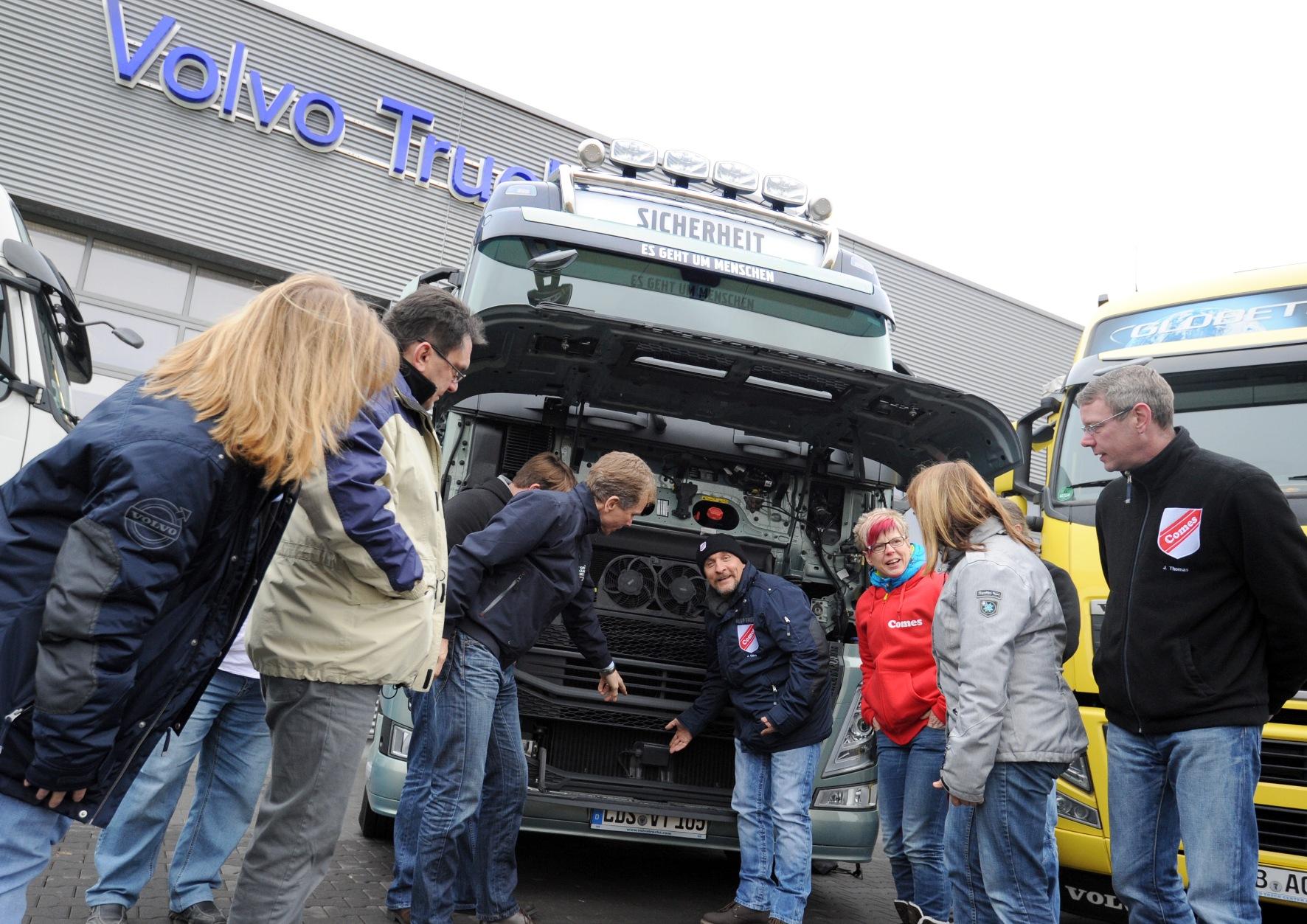 Berlin-News.NET - Berlin Infos & Berlin Tipps | Wissen über Technik gehört beim Thema Sicherheit im Straßenverkehr auf den Stundenplan. Das gilt erst recht für Berufskraftfahrer und deren Ausbilder. Auf diesem Foto zu sehen: Die Fahrlehrer angehender Berufskraftfahrer der Fahrschule Comes, die zu Gast im Volvo Group Truck Center in Berlin-Wildau war.   Foto:  Gerlinde Irmscher/Volvo Trucks