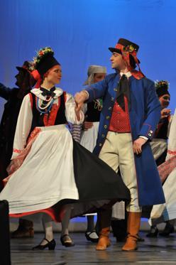 Ost Nachrichten & Osten News | Ost Nachrichten / Osten News - Foto: Gestaltet wird das Programm vom Sorbischen National-Ensemble Bautzen, das sich an diesem Abend mit 80 Sängern, Tänzern und Musikern präsentiert. Lieder, Trachten und Tänze gestatten einen farbenfrohen und temperamentvollen Einblick in die Traditionen der Sorben in der Ober- und der Niederlausitz.