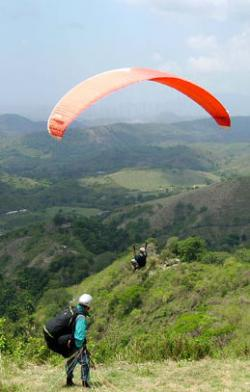 Ost Nachrichten & Osten News | Foto: Die Zusammenarbeit des Kuba-Spezialisten Dieter Späth mit der Federación Cubana de Vuelo Libre eröffnet jetzt allen Gleitschirmfliegern die Möglichkeit, Kuba zu erleben und ihren Sport dort auszuüben.