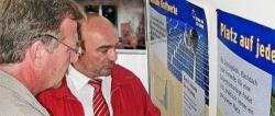 Alternative & Erneuerbare Energien News: Foto: Fred Kehler, GF der Havelland- Wind GmbH aus dem havelländischen Wustermark erläutert seinem Gast Ralf Christoffers (re.), Mitglied des Brandenburger Landtages, Plakatbeiträge zum Thema Photovoltaiknutzung in der Praxis..