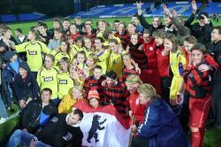 Ost Nachrichten & Osten News | Ost Nachrichten / Osten News - Foto: Nach dem Spiel umringten begeisterte russische Zuschauer die Spielerinnen Berlins (in rot) und Kaliningrads (in gelb).