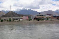 Ost Nachrichten & Osten News | Ost Nachrichten / Osten News - Foto: Lhasa vom Kyichu Fluß aus gesehen.