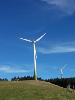 Alternative & Erneuerbare Energien News: Alternative Regenerative Erneuerbare Energien - Foto: Noch sind Windräder wie diese hier im Allgäu eher spärlich gesät. Möglicherweise werden es aber in den kommenden Jahren mehr werden. Strikt dagegen sind die meisten Allgäuer wohl nicht. Foto: eza!