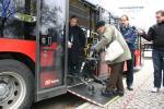 SeniorInnen News & Infos @ Senioren-Page.de | Foto: © Domus Mea: Nicht nur für Rollatoren: die Rampe erleichtert das Ein- und Aussteigen auch mit Rollstuhl und Kinderwagen.