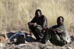 Afrika News & Afrika Infos & Afrika Tipps @ Afrika-123.de | Foto: Zwei Männer aus Kikoa warten an dem Brunnen in Mothomelo auf Wasser. © Vox United/Survival.