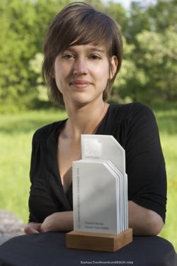 Ost Nachrichten & Osten News | Ost Nachrichten / Osten News - Foto: Designerin Laura Straßer mit der Trophäe zum zwölften Thüringer Innovationspreis.